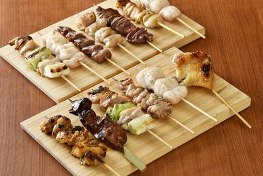 『焼鳥10本盛り合せ』は新鮮な銘柄鶏を備長炭で焼き上げた、職人の仕事が光る一皿