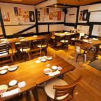 テーブルの並ぶフロアには、スペースを分割することができるロールスクリーンも設置。人数に合わせてプライバシーを確保した空間をしつらえられるので、グループでの会食や気軽な宴会にぴったりです。