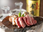 神奈川県内の指定農場のみで育てられた黒毛和種とホルスタインの交雑種「やまゆり牛」は、流通の限られる希少食材。穀物をたっぷり食べて育ったおいしい牛肉を、自家製朴葉みそで朴葉焼きに。とろけるおいしさです。