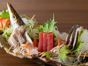 早川漁港直送と、真鶴港に拠点を置く漁船から直接仕入れた魚介は、新鮮さが違います。漁船からは水揚げされたものをおまかせで仕入れるため、日によって珍しい魚が楽しめることも。鮮度が光るお刺身でどうぞ!