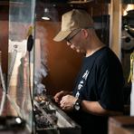 元気なあいさつと丁寧な接客を大切にしている同店。盛り合わせ料理を提供する際にはひと言ずつ説明を添えるなど、おいしさをさらに際立たせるコミュニケーションにも、スタッフ一丸となって力を入れています。