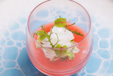 素材の酸味と甘みのマリアージュ。食材の多面性を五感で楽しむアミューズ『トマトとスイカのガスパチョ』