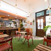 芝生が敷かれた店は、まるで庭にいるかのような癒しの空間