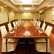 2階には、広々としたファンクションルームが用意されており、個室として利用できます。歓送迎会や新忘年会などの各種宴会やパーティーに最適。相談すれば、レイアウトの変更にも応じてもらえます。