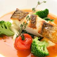 料理に使用されているのは、四季折々の鮮魚や野菜など、その時期ならではの食材たち。特に魚や野菜、きのこ類は地元産のものにこだわって厳選されており、季節を表現した料理でたっぷり楽しませてくれます。
