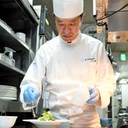 「温かいものは温かいうちに。冷たいものは冷たいうちに」を心がけているという中村氏。料理は温度の違いによっておいしさが変わってしまう繊細なものだからこそ、常にできたてのベストな状態で提供してくれます。