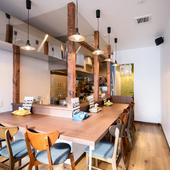 温かみのある空間。白い壁と木目調のコントラストがオシャレ