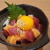 脂ののったサーモンやマグロに卵の黄身がとろ~り絡まる『海鮮ユッケ』