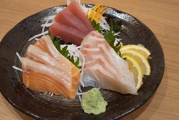 近海でその日に獲れた旬の鮮魚を味わう『刺身三種盛り合わせ』