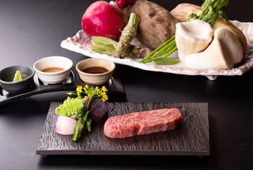 信州のブランド和牛を鉄板焼で。ランチとディナーのコースで人気の『信州和牛のサーロインステーキ』