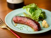 狩猟から生産、加工、販売まで一貫して行う十勝のエレゾ社から、シャルキュトリを仕入れています。粗いミンチ肉をしっかり熟成させたエゾジカのサルシッチャは、鹿肉の奥行きある風味をダイレクトに味わえる逸品。