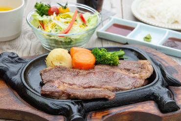 ジューシーな上州牛の旨さを堪能!『和風ステーキ定食』(ライス、サラダ、汁物付き)