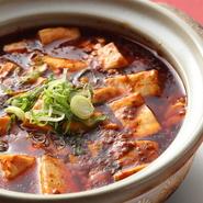 辛子、豆板醤、唐辛子、花椒など、中華料理としての味を決める調味料はすべて本場中国のもの。食べた人に納得してもらえる味に仕上げるためには本場の調味料が欠かせません。
