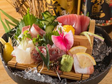 盛付けにもセンスが光る『魚場直送新鮮お造り5種盛り』