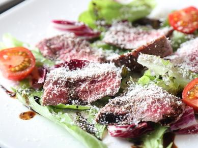 ワインとの相性抜群! バルサミコソースがレアに焼き上げた牛肉の旨みを引き立てる『牛ステーキ』