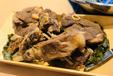 ラム肉が苦手なゲストもペロリとたいらげてしまうほど美味しいと評判の『骨付きラム肉』