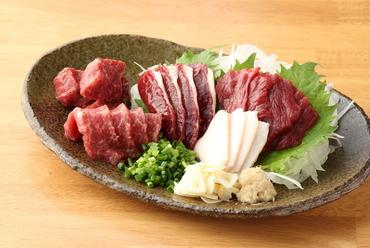 焼肉で使う食材も、生で食べられる程の鮮度。毎日熊本から直送される新鮮な馬肉使用『馬焼肉盛り合わせ』