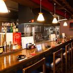 久留米市小頭町、横川沿いにある隠れ家的一軒。オーナーが腕を振るう様子を眺められるカウンター席は、ゆったり過ごせる特等席。焼鳥や一品料理とお酒を嗜む幸せな時間が、一日の疲れを癒やしてくれることでしょう。
