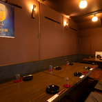 スクリーンによる仕切りの半個室のお座敷席です(2名~16名様)。最大16名様の宴会が可能です。
