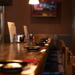 焼き場を見ながらお料理が楽しめるカウンター席です。焼きとりと様々なお酒をお楽しみ下さい♪。