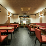 カウンター3席、テーブル18席が用意された店内は、落とした照明が印象的な落ち着いた空間。少しだけ昔懐かしい雰囲気を漂わせたビストロバルで、くつろぎの時間を過ごしてみませんか。