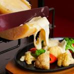 専用オーブンで加熱され、香ばしくとろけたチーズをお好みのメニューにトッピング。濃厚な味わいはワインのお供にもうってつけ。肉、魚、煮込みなど、バラエティ豊かな料理と共に満喫あれ。