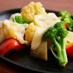 ヘルシーな逸品、野菜の甘みとチーズのコクをたまごがとろりと包む。