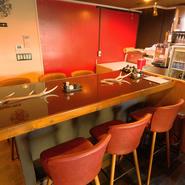店舗奥には、大きなカウンターテーブルが用意されています。この席に通されるカップルは横並びに案内されるそう。横並びに座ると自然と寄り添う形になり、二人の距離が近づいた分会話も弾みます。