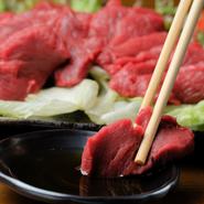神戸牛を使ったローストビーフや黒毛和牛のモツ煮など、厳選された国産食材がふんだんに使われています。中でも厚切りで提供される『特選馬刺し』は、その厚みを感じさせないやわらかさが特徴です。