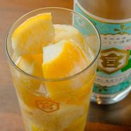 キンミヤ焼酎をソーダで割った『生レモンサワー』。生のレモンを凍らせたものを氷代わりにしているので、味が薄まりません。炭酸は瓶で提供され、焼酎だけのおかわりも可能。自分の好みの濃さで楽しめます。