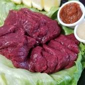 冷凍していない馬肉はとてもやわらか。贅沢に厚切りされた赤身肉から肉の旨みを存分に感じられる『馬刺し』
