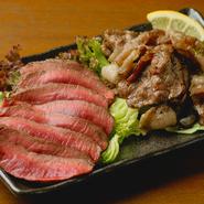 猪や鹿、熊や鴨など、さまざまな種類があるジビエ。豪快に炭火焼きされた肉には、それぞれ肉質や味わいに個性が表れます。炭火焼きのほかフライや煮込みでいただくのもオススメ。(画像は鹿肉と猪肉のロースト)