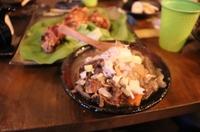 猪の骨でとったスープに猪肉、大根、里芋、こんにゃく、厚揚げなどをヤンニンジャンを使った甘辛味に仕立てた煮込み料理です。