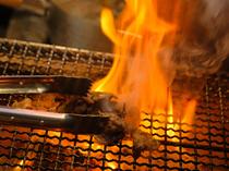炭火を使い、豪快に調理