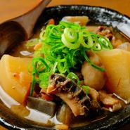 黒毛和牛の新鮮なモツを使ってつくられる『モツ煮』は、あっさりとした白味噌ベースの味付け。やわらかく煮たものやコリコリした食感など異なる歯ざわりを楽しめるよう、3~4種類の部位が使われています。