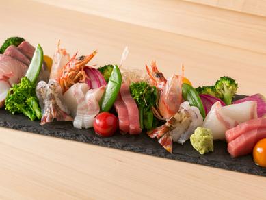 サラダ感覚で味わえる、人気のメニュー『名物刺身五種盛(野菜付)』