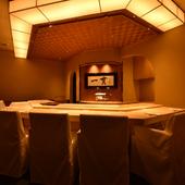 尾州桧の一枚板のカウンター。高級感のある空間で「おもてなし」