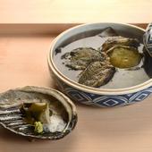 京都祇園の名店【祇園さゝ木】の技法を用いた一品『6時間蒸しアワビ 肝ソースで』