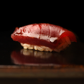 素材の旨味を最大限に引き出す、江戸前鮨の職人技が光る逸品『赤身の漬け』