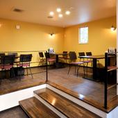 小上がりにあるテーブル席は明るい雰囲気