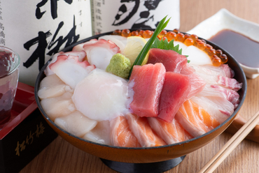 ボリューム満点!たっぷりのネタと温泉卵が乗った、心もお腹も大満足の『海鮮丼』
