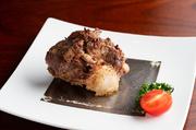 脂がしつこく感じてしまいそうな「牛のテール」。しかし、田村シェフの手にかかれば過剰な脂を適宜落としていくことで、残った脂と肉を絶妙なおいしさに保つことが出来るのです。