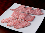 全ての肉を厳選し仕入れていますが、さらにその肉の中から選び抜いた幻の部位。大きさ、厚み、カットの仕方など、全てにこだわり一枚ずつ丁寧に切り出されています。