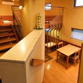 下にはテーブル席、左手奥には板の間の座敷席が18席