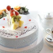 大きな窓に面したバーカウンターからは、夕陽百選に選ばれた播磨灘の景色を臨むことができます。雄大な海を眺めながらの食事は、心が洗われるよう。ロマンティックなムードは、デートにも最適です。
