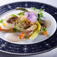 苺・パイナップル・キウイなどの新鮮な果物をふんだんに使った、色とりどりで贅沢な一品です。