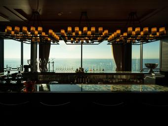 大きな窓から海を臨める、デートに絶好のロケーション