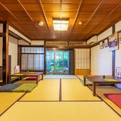 元和風旅館の客室を改装した広々とした座敷も
