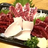 熊本県直送の馬肉をリーズナブルに満喫。人気のヒレやロース、チョウチン(バラ肉の一部)、白いのはコウネ(タテガミの付け根)です。九州産の甘い醤油との相性が抜群で、白いご飯が進みます。※2人前~