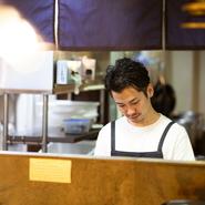 一期一会を意識しているという田島氏。お客様との一瞬を大切に厨房に立っているそうです。食材への感謝も忘れず、肉はすべて丁寧に手切り。馬肉の生産地を定期的に訪問することで思いを新たにしていると語ります。